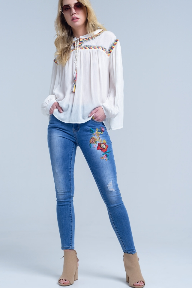 Jeans pitillo con bordado floral