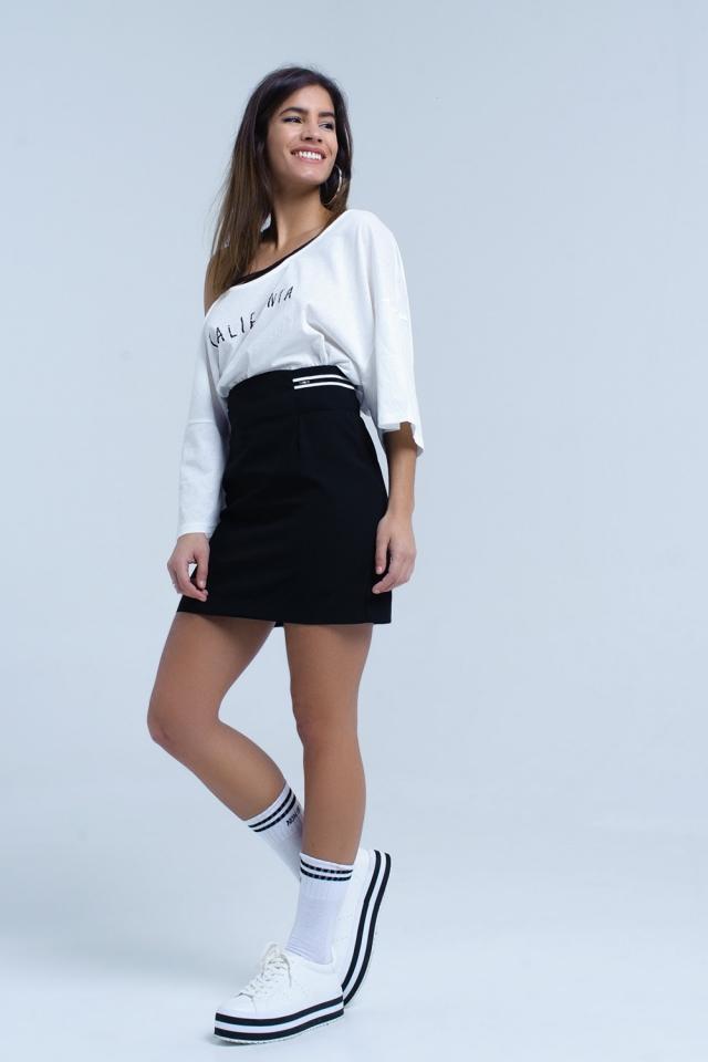 Falda negra con detalle lateral elástico y rayas blancas