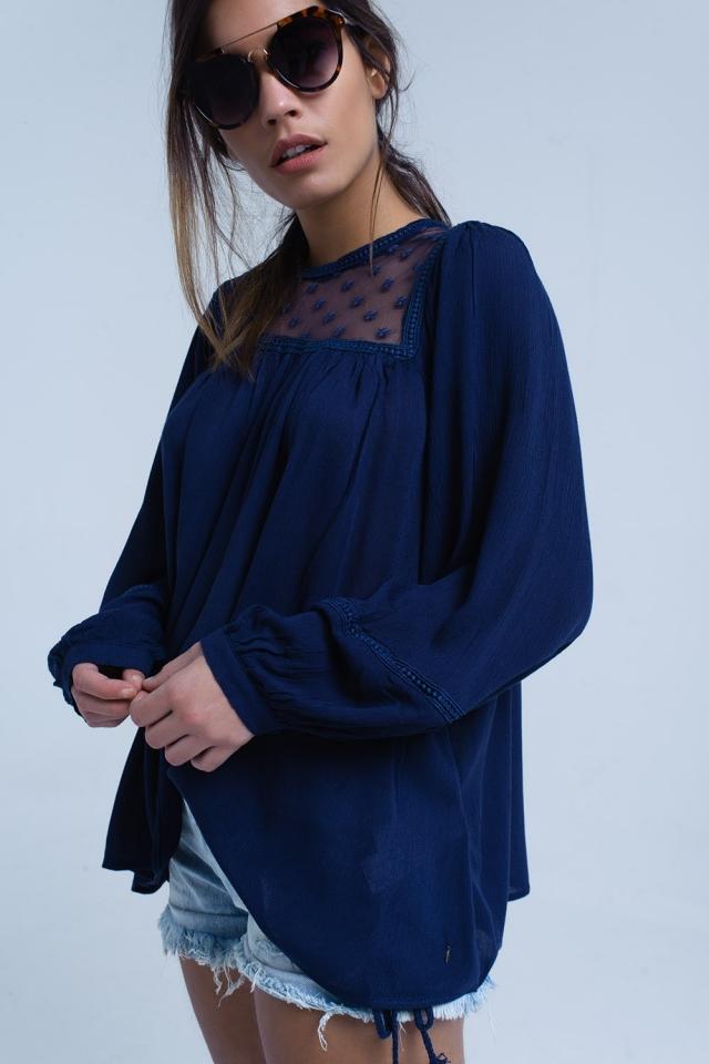 Blusa azul marino con detalle de aplique en contraste