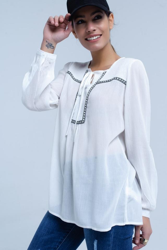 Blusa blanca con adorno bordados