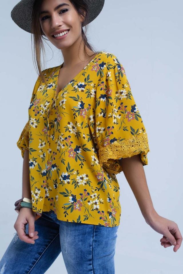 Blusa amarilla con estampado floral