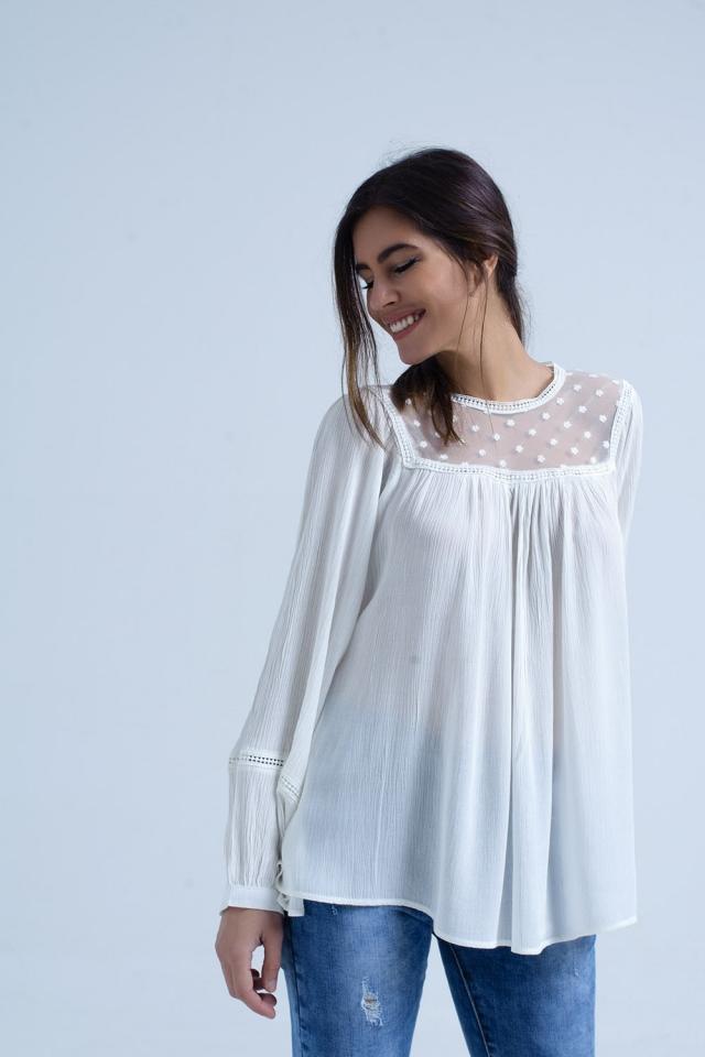 Blusa crema con detalle de aplique en contraste
