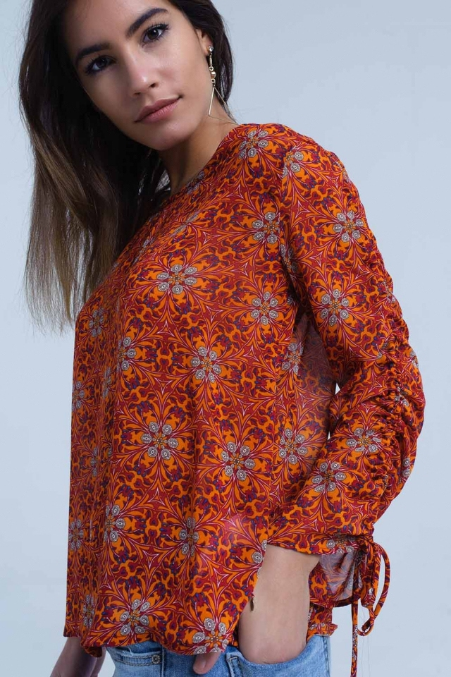 Blusa roja con estampado floral