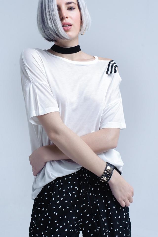 Camiseta blanca con un hombro abierto