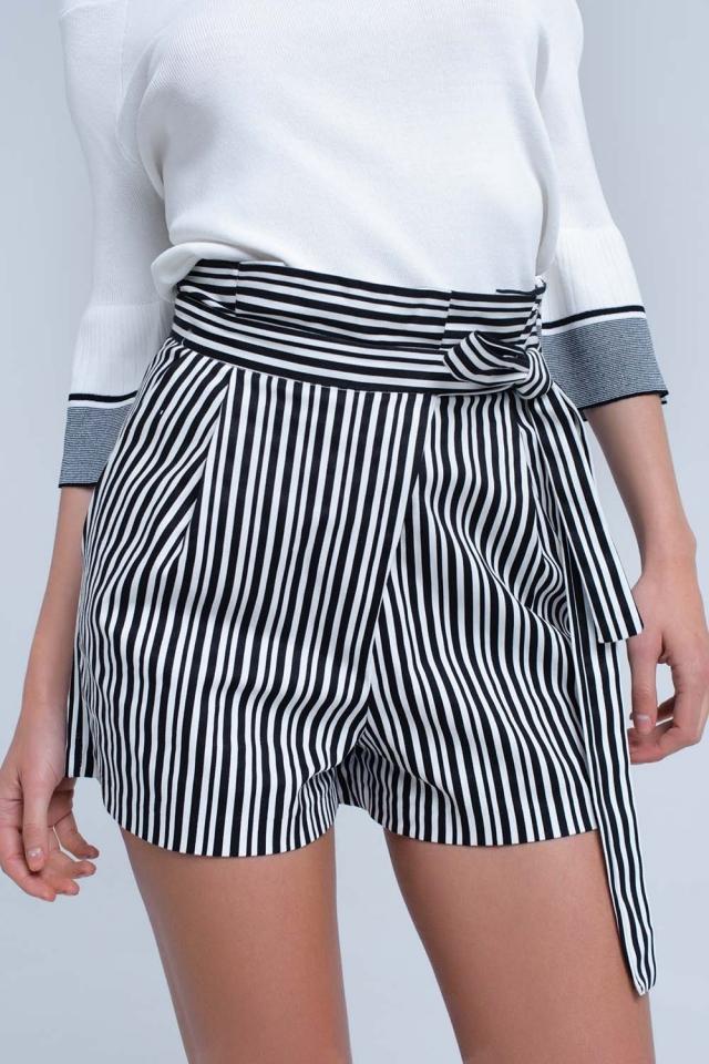 Short a rayas negras con cintura alta