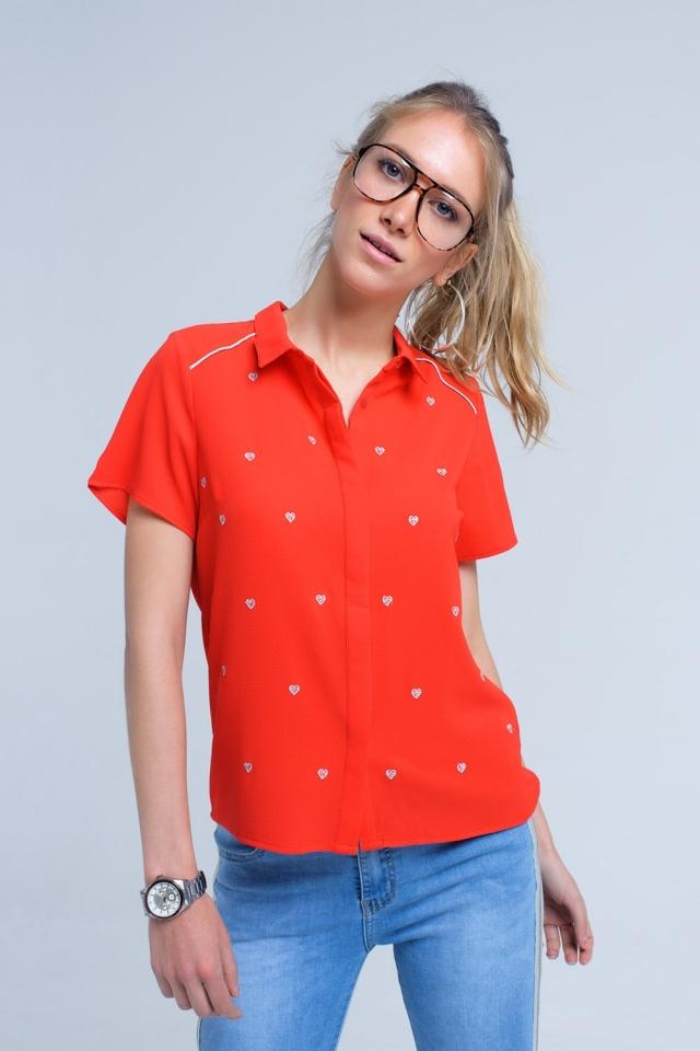 Camisa roja con bordado de corazones