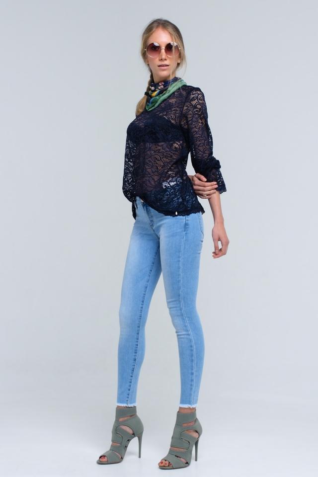 Jeans azul claro con bajo sin rematar