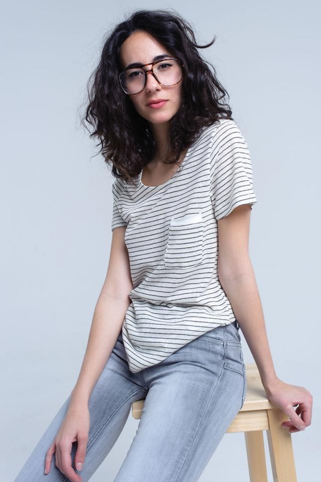 Camiseta crema con rayas negras