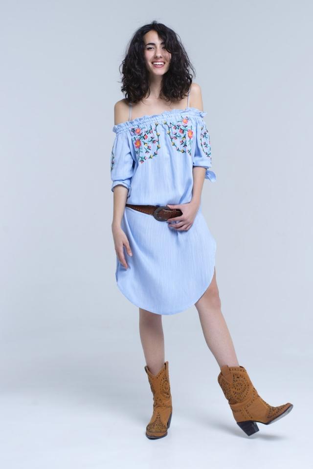 Vestido midi bordado en azul con hombros descubiertos
