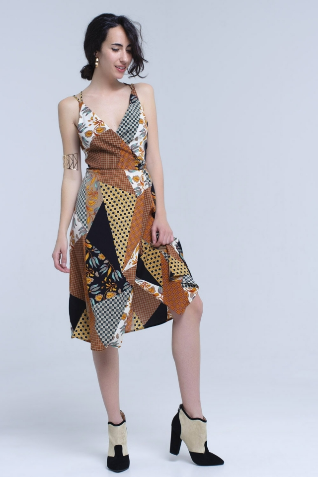 Vestido midi marrón con estampado patchwork y espalda cruzada