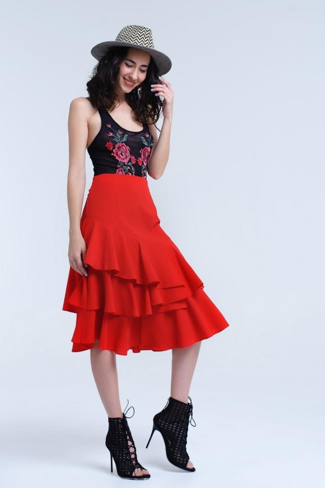 Falda midi roja con detalle de volantes