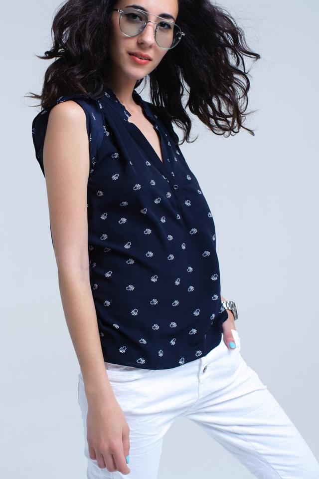 Blusa estampada azul marino con cuello en V y detalle de volantes