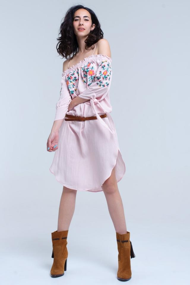 Vestido midi bordado en rosa con hombros descubiertos