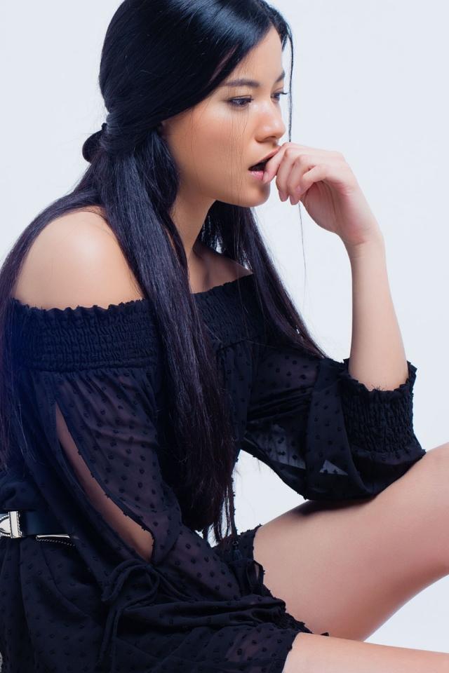 vestido negro con pequeños bordados