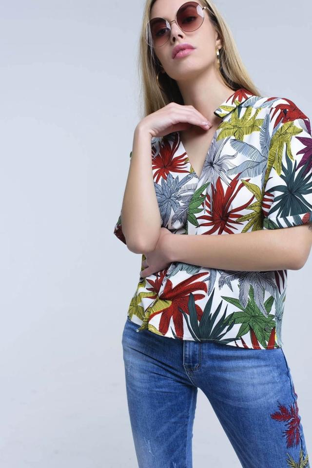 Camisa blanca con hojas estampadas