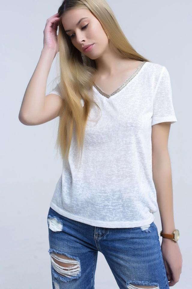 Camiseta blanca con bordado en el cuello