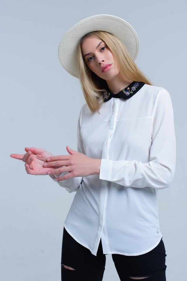 Camisa blanca con cuello adornado