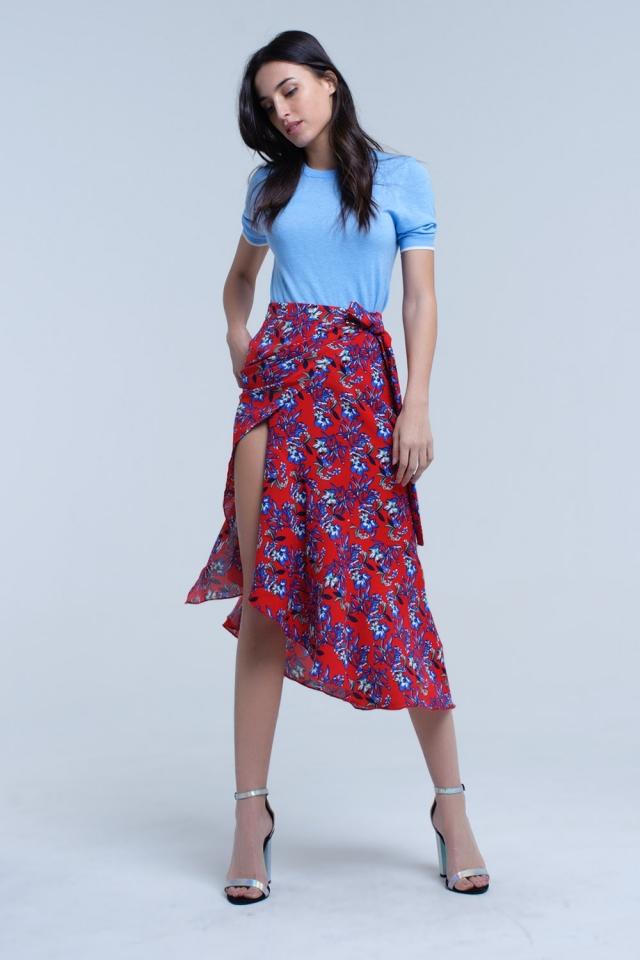 falda roja con volantes y flores impresas