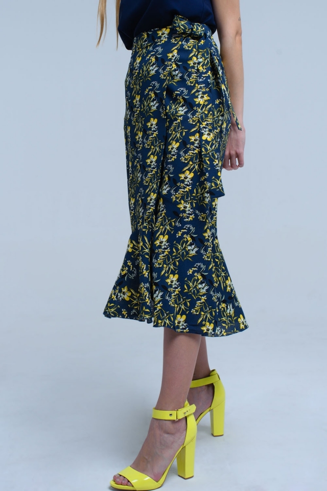 falda azul marino con volantes y diseño de flores