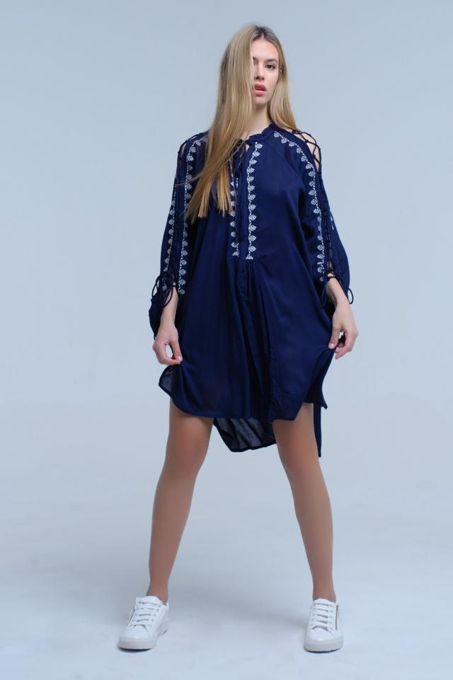 Vestido bordado azul marino con detalle de manga abierta