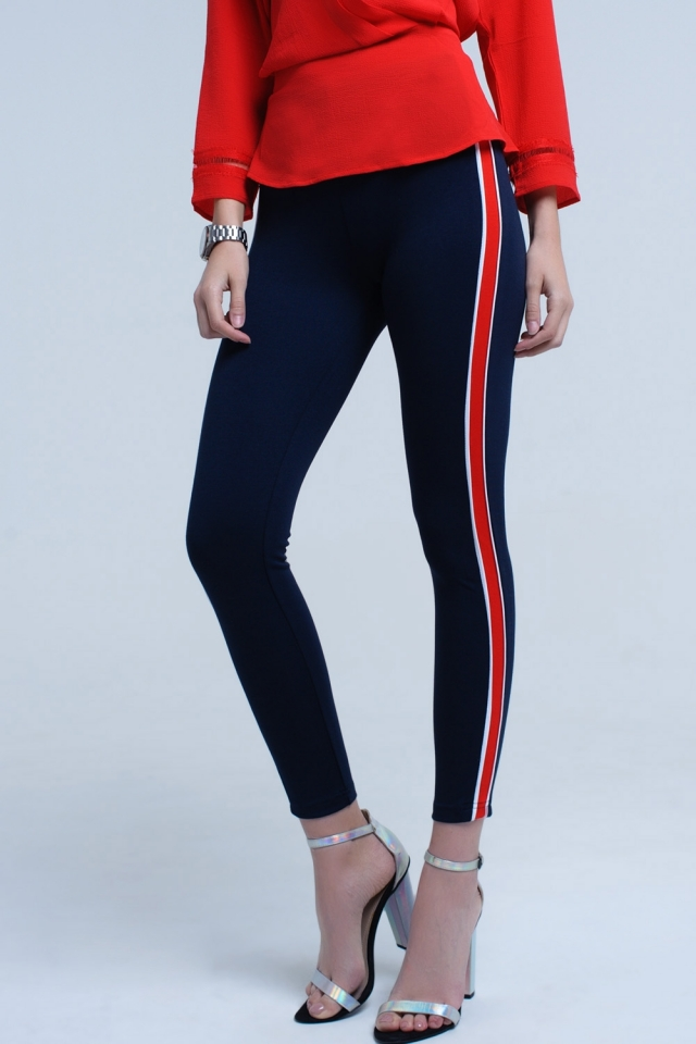 Pantalón ceñido azul marino con banda roja lateral