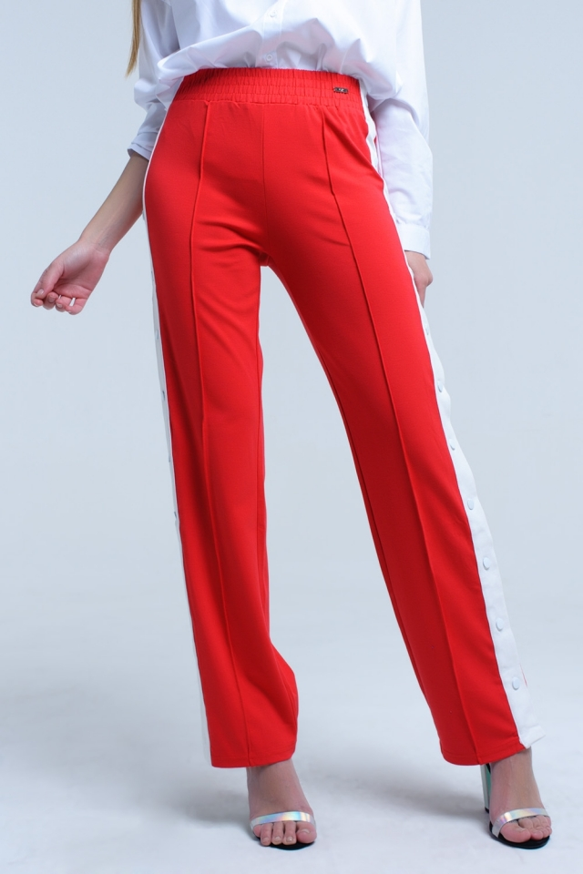 Pantalon rojo con aberturas laterales y corchetes