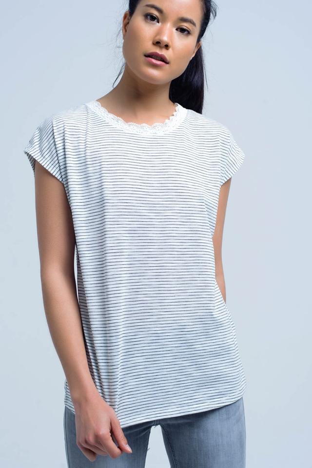 Camiseta de rayas negras con detalle de encaje en el cuello