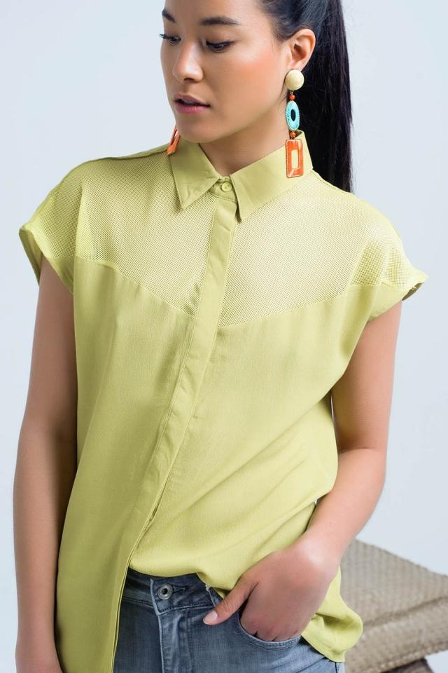 Camisa amarillacon detalle de rejilla
