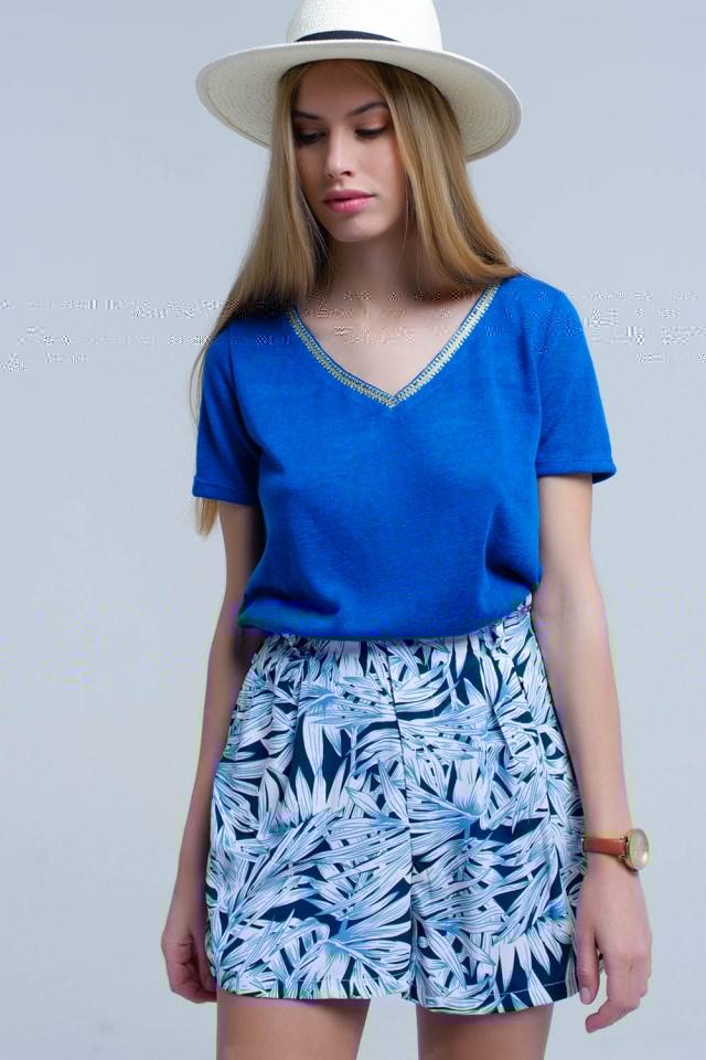 Camiseta azul con bordado en el cuello