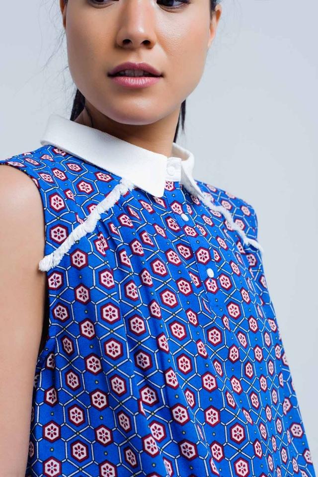 Top azul de estampado geométrico con detalle de flecos