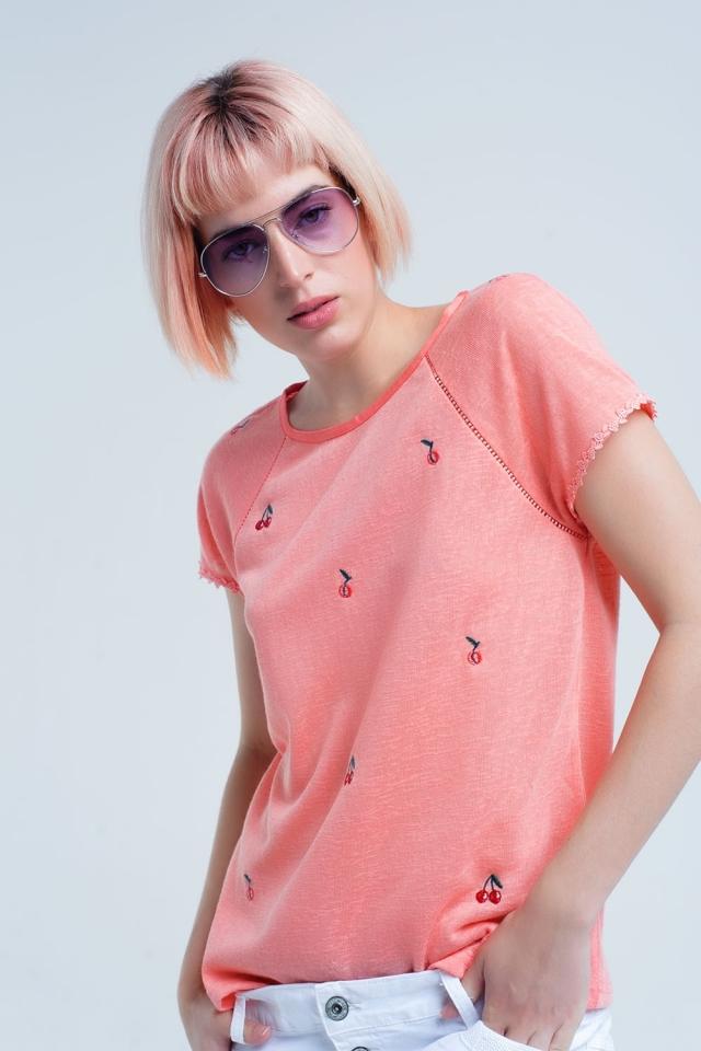 Camiseta coral con bordado de cerezas
