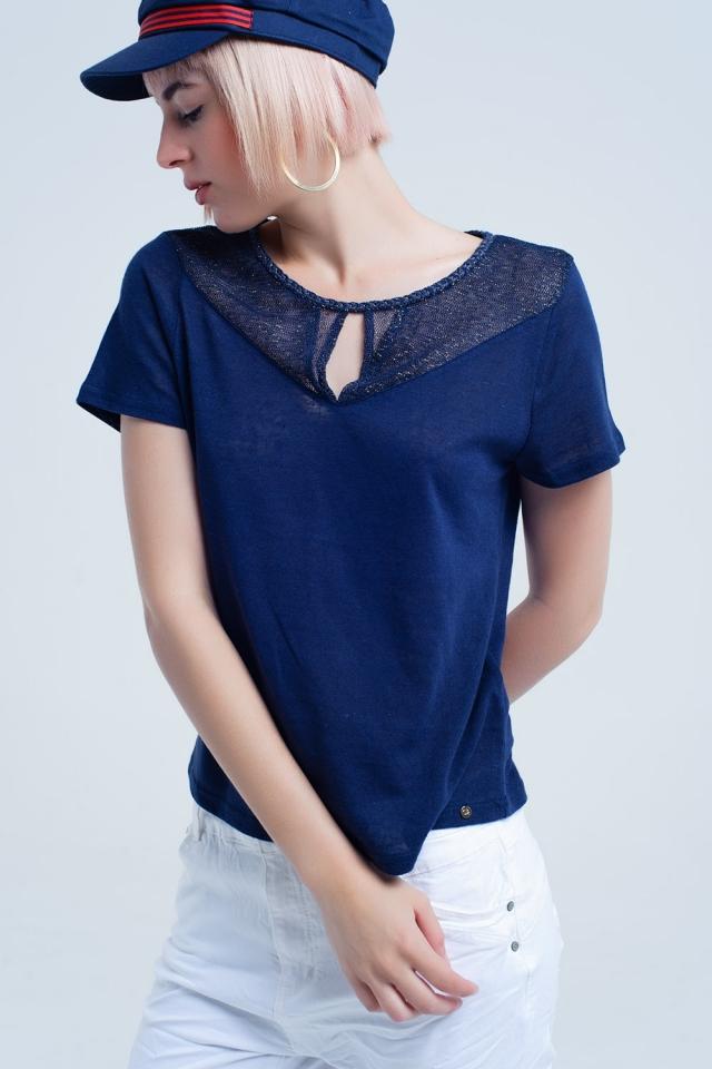 Camiseta azul marino con detalle de rejilla