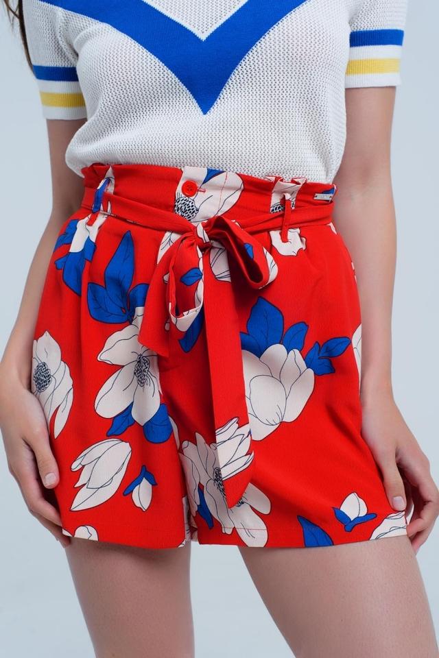 Pantalon corto rojo estampado de flores con cinturon