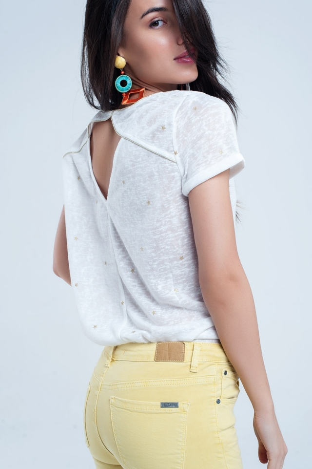 Camiseta blanca con estrellar doradas impresas