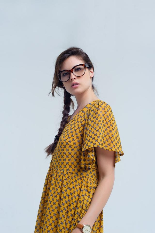 Vestido amarillo con vuelo y estampado geometrico
