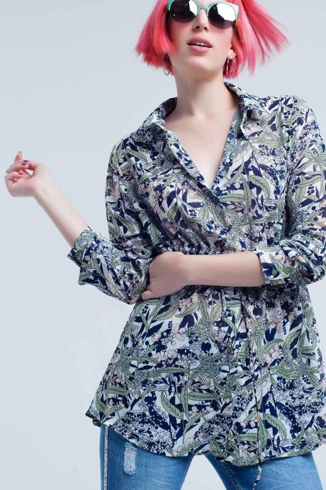 Camisa azul con estampado de hojas y flores