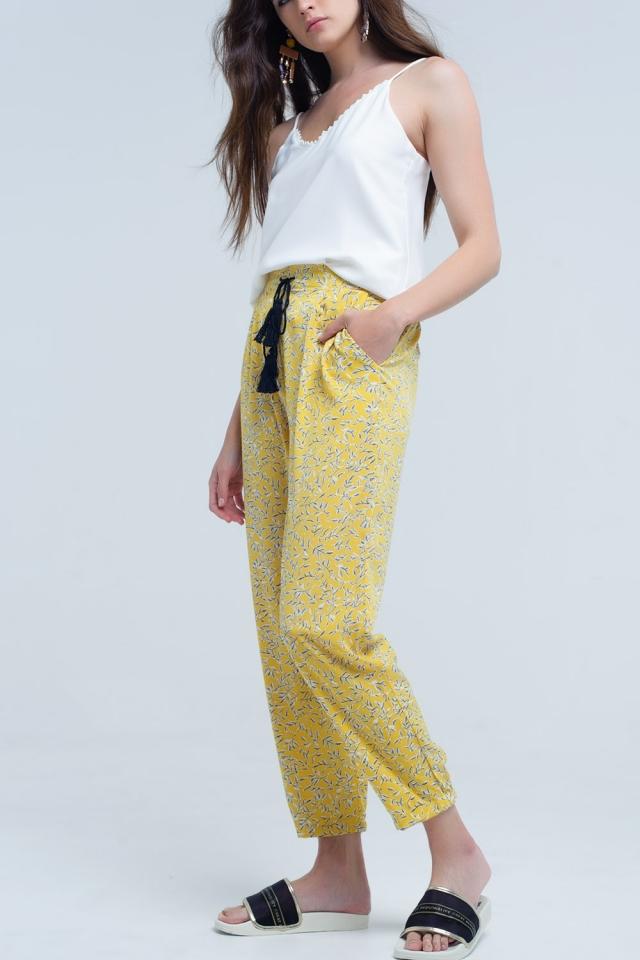 Pantalon amarillo con hojas impresas y bolsillos