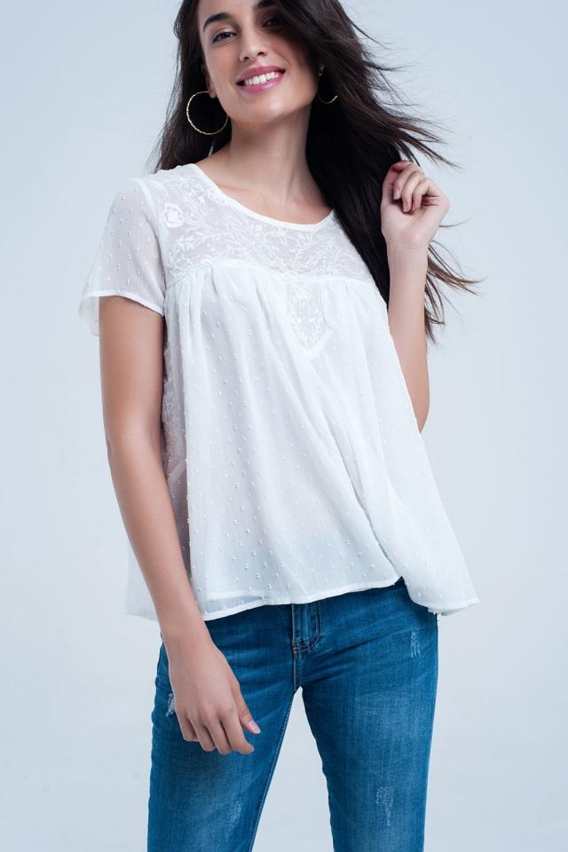Camisa blanca de puntos y bordado de flores