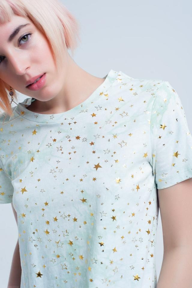 Camiseta verde descolorida con estrellas doradas