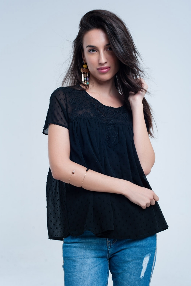 Camisa negra con topos y flores bordadas