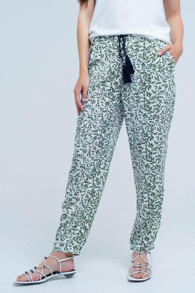 Pantalon blanco y verde con diseño de hojas y bolsillos