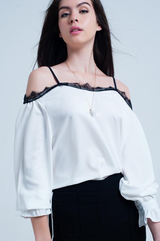 Top blanco con encaje negro y hombros descubiertos