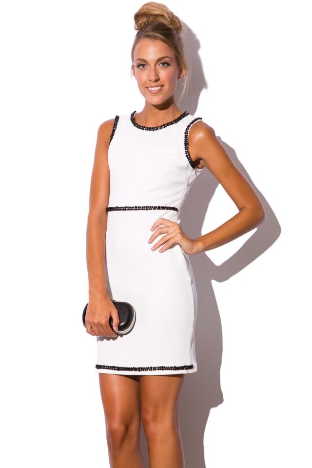 Vestido blanco con cuentas ornamentadas