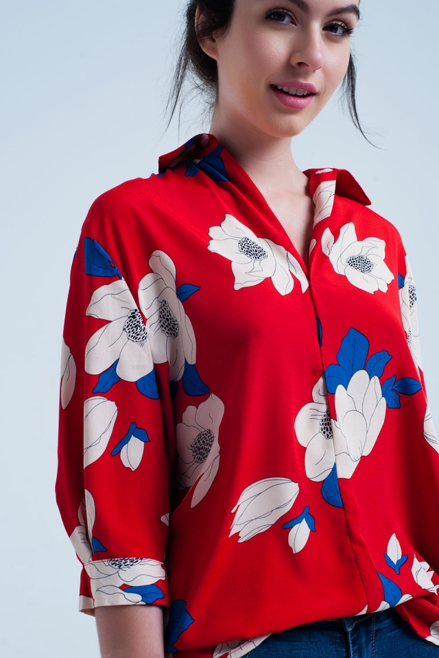 Camisa roja con flores grandes impresas
