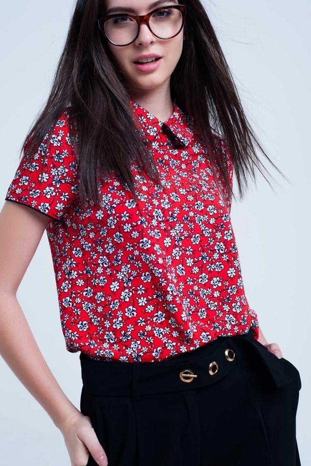 Camisa roja con flores blancas impresas