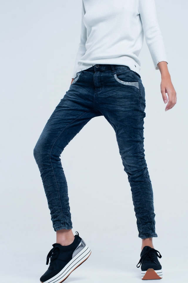 Boyfriend jeans con lentejuelas plateadas