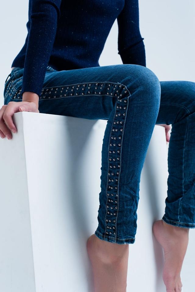 Boyfriend jeans azul con detalle de tachuelas