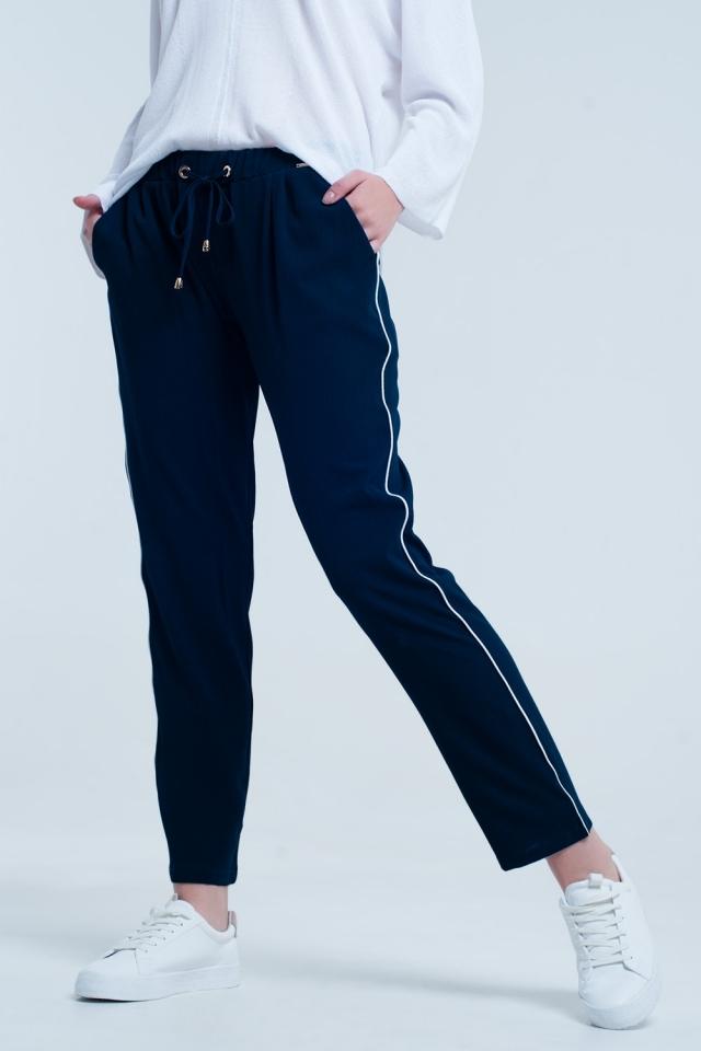 Pantalon azul marino con linea blanca lateral