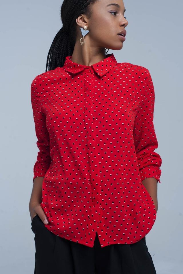 Camisa roja con lunares azules