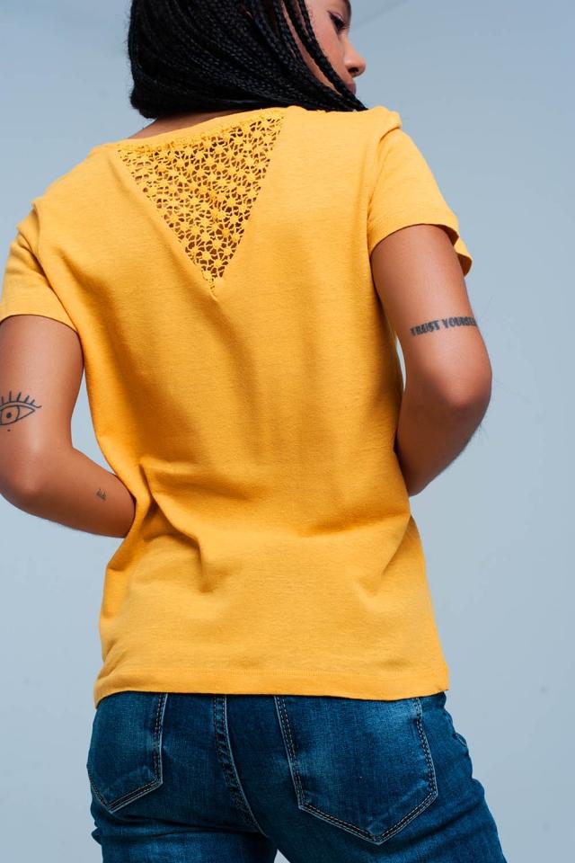 Camiseta mostaza con detalles crochet en la espalda